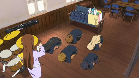 Girls from K-on!! do a dogeza 土下座.