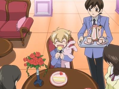 Honey-senpai ハニー先輩 (Haninozuka Mitsukuni 埴之塚光邦), eating cake with his pink rabbit plush doll.
