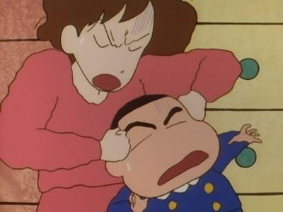 Nohara Misae 野原みさえ punishing Nohara Shinnosuke 野原新の助 with a noogie (atama guri-guri 頭ぐりぐり).