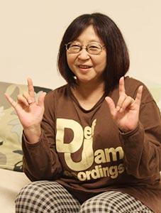 Takahashi Rumiko 高橋留美子 doing a hand sign similar to the corna that she uses in series that she has drawn, like Urusei Yatsura うる星やつら and Ranma ½ らんま½.