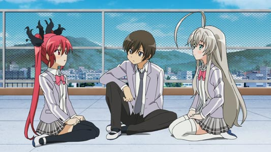 Cthuko クー子, Yasaka Mahiro 八坂真尋, and Nyaruko ニャル子, sitting in different positions: W sitting, tate-hiza 立膝, and seiza 正座.